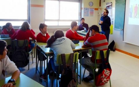 Alumnos en un aula atentos a las explicaciones para comenzar a jugar a Vía-Vida